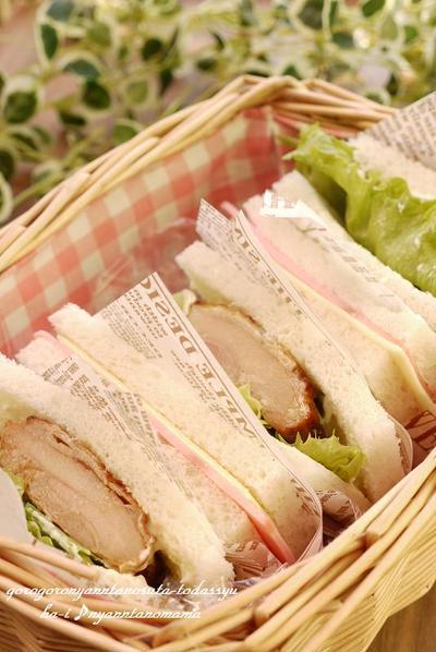 <鶏肉の燻製風味オリーブオイル焼き バルサミコ風味のサンドイッチ>と<チーズハムサンド>