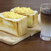SNS映えする 6cmの超厚切り食パンの卵サラダトーストサンド