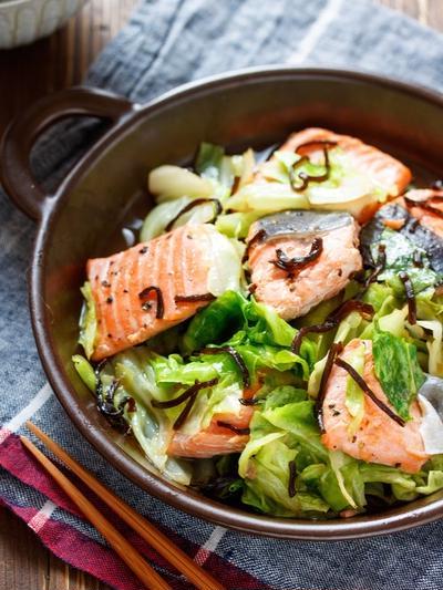 鮭とキャベツの塩昆布バター蒸し【#レンジ #魚 #主菜 #和風】