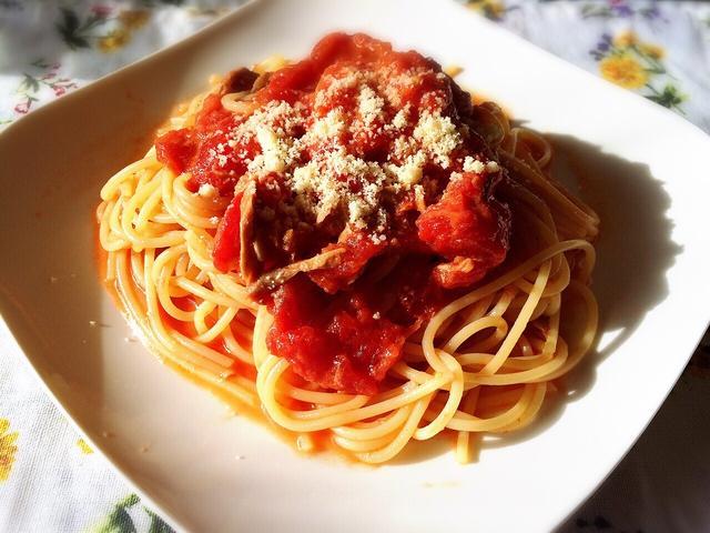 白の皿に盛られたトマトのパスタ