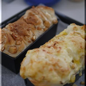 チーズオニオンパンとアップルシナモンパン。