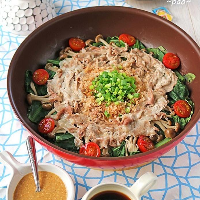 フライパンにのった新玉ねぎと小松菜の蒸し豚しゃぶサラダ