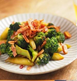 ブロッコリーとベーコンのきんぴら 、 ブロッコリーは茹でずに炒めると美味い!