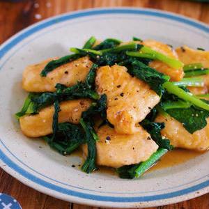 もっちりやわらか!「鶏むね肉と小松菜」の節約炒めもの