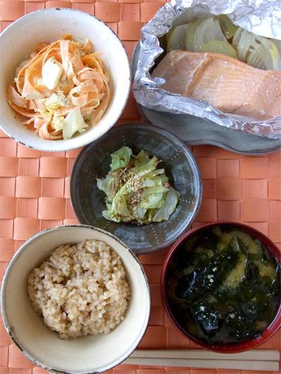 サケと玉ねぎのにんにく醤油、ニンジンと卵のマヨサラダ、焼きキャベツのおひたし、わかめ汁。