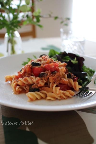 ツナとオリーブのトマトソースパスタ
