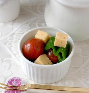 ベビーチーズ(スモーク味)とピーマンのオイル漬