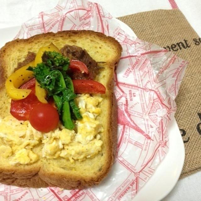 休日 おうちカフェランチ 菜の花とスクランブルエッグのブリオッシュオープンサンド