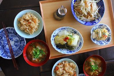 炊き込みご飯・おつゆ・白菜漬け・・・休日の朝昼兼用