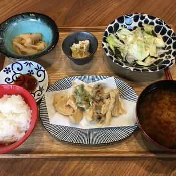 【献立】野菜天ぷら、たけのことこんにゃくの煮物、長芋ポン酢、キャベツのチョレギサラダ、大根のお味噌汁