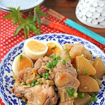 材料を全部炊飯器に入れるだけ♪箸で裂けるほど柔らか鶏手羽元と大根こんにゃくの生姜煮♪