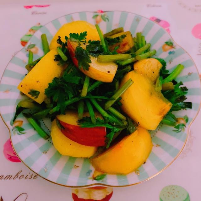 牡蠣だし醤油が活躍する毎日のおいしい食卓 柿と林檎のカマンベールチーズ春菊サラダ