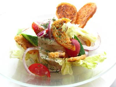 アンチョビとトマトのラスク入りサラダ