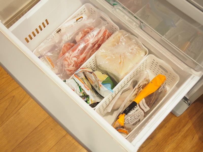冷凍庫が引き出し収納の場合は、重ねて入れると下のものが分かりづらくなってしまうので、種類別にケースに...
