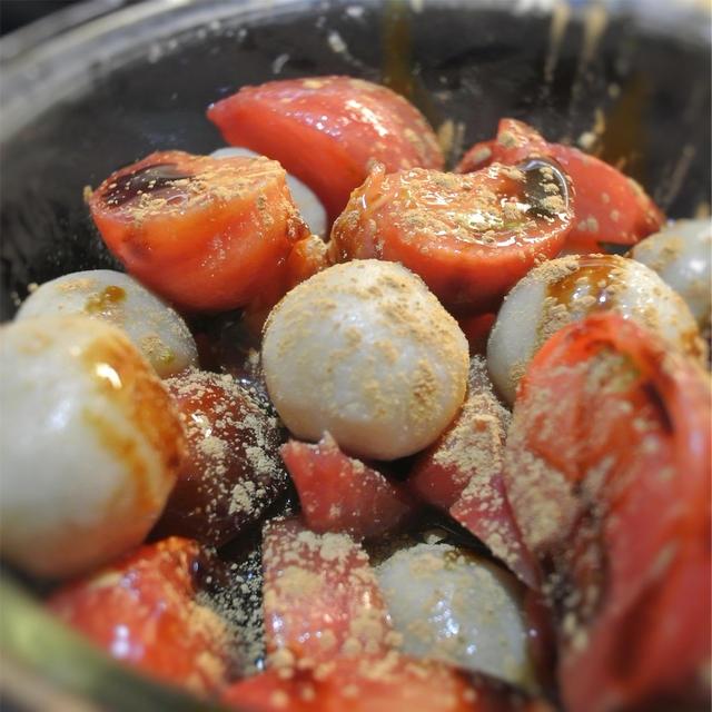 黒蜜レモンのマリネトマトとそば粉入り白玉のバルサミコソースかけ、シナモンの香り