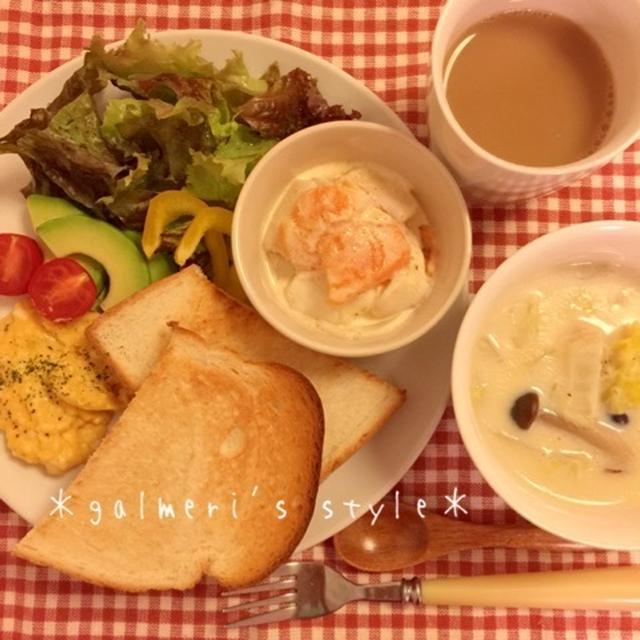 ある日の朝ごはん♪白菜の豆乳ミルクスープと、ホテルみたいな?!スクランブルエッグ