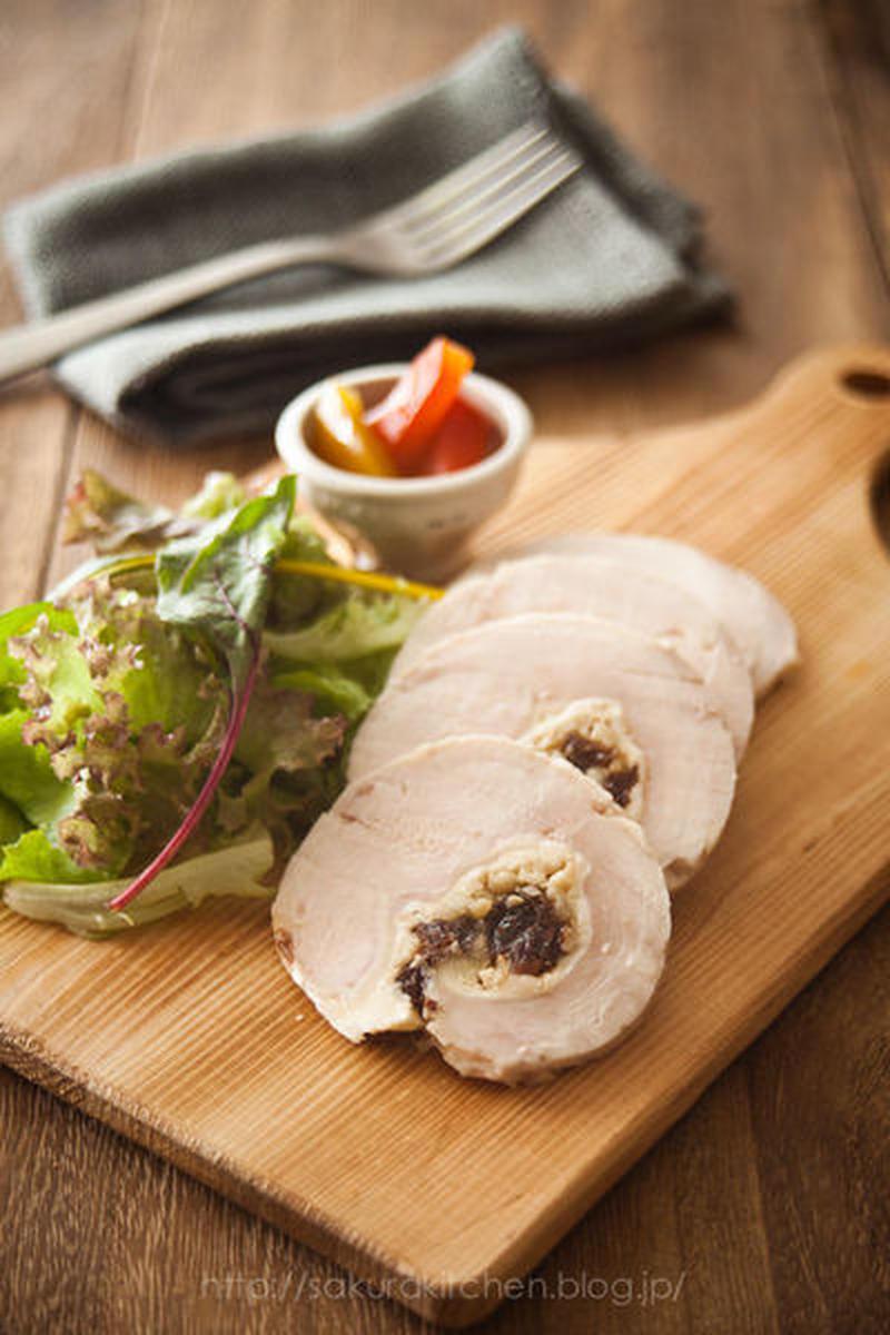 ■大きいスライスチーズを巻いたインボルティーニ風鶏ハム<br> <br>「鶏ハムの中にレーズンとナッ...