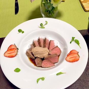 仔牛のステーキ♪フォアグラムース乗せ 〜フォームミルク&苺マルサラソースを添えて〜