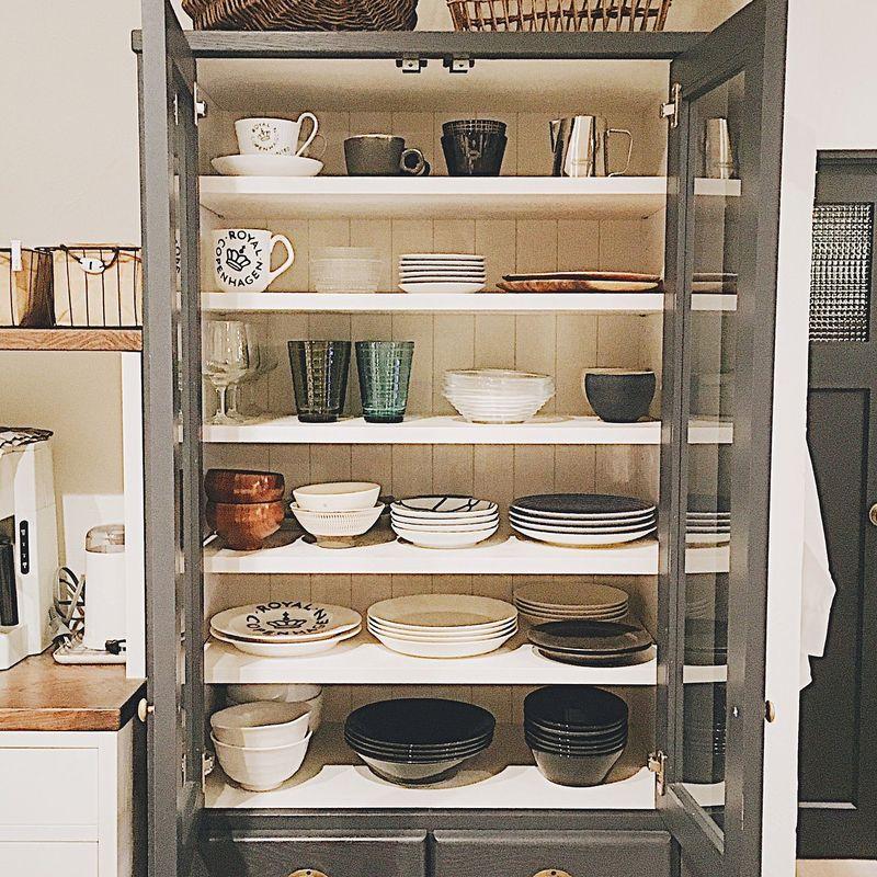 グレーと白をベースに、同じ色調のお皿やカップ類でまとめられた食器棚。適度にスペースを持たせることで、...