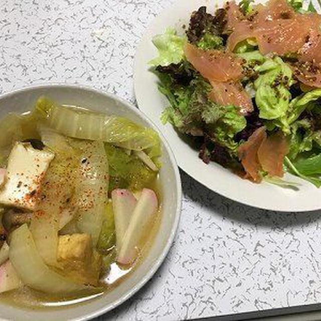 白菜と厚揚げの煮物とスモークサーモンサラダ。ポークラーメン