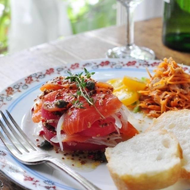 トマト&オニオン&スモークサーモンのハニーマスタードソース