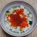 イクラと長芋とキュウリの小鉢、鮭ハラスの塩焼き