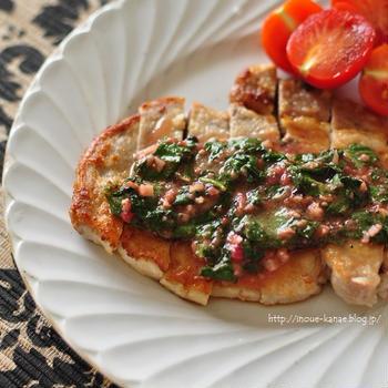 【夏バテ防止に!ポークステーキ大葉と梅のガーリックソース添え】と炊飯器に入れるだけレシピ