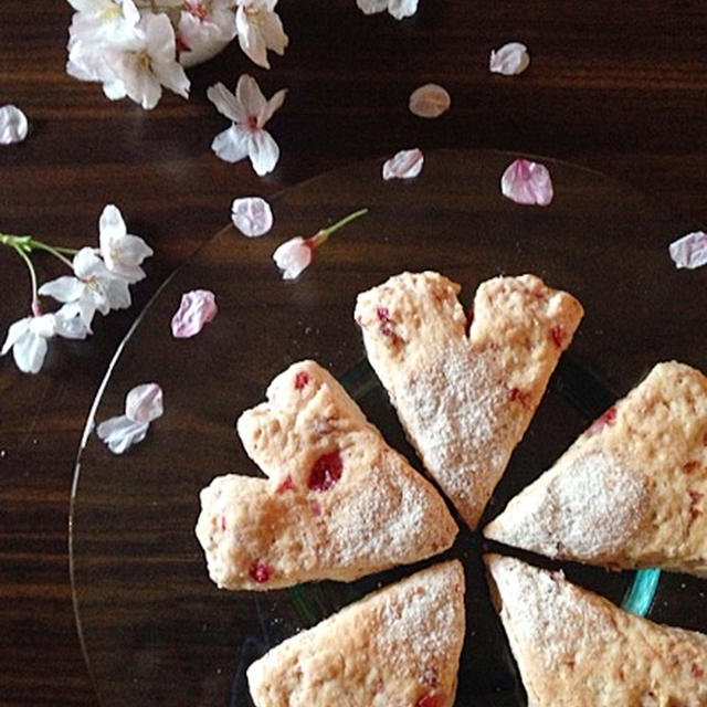 苺ヨーグルトスコーン、桜の香り♪