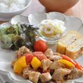 【晩ごはん何にしよう】ワンプレート盛りで手軽に!「鶏肉とパプリカの甘酢炒め」献立