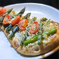 ナンでつくる、アスパラとしらすのピザ