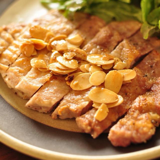 【豚ロースのぱりぱりアーモンドソテー】とレンコンのチーズせんべいと献立