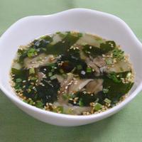 ラー油でピリ辛☆舞茸のわかめスープ