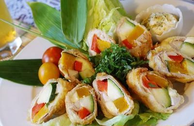 【夏野菜とチーズのふわっ!トロッ!豚ロール揚げ】居酒屋メニューです。
