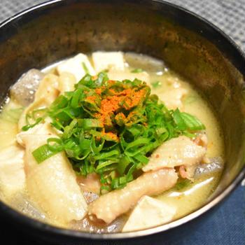 鶏の煮込み(鶏皮のモツ煮風)。孤独のグルメの再現レシピ風、モツ煮よりもクセがなく食べやすい居酒屋おつまみ。