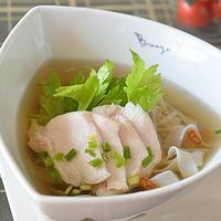 コリアンダーがふわりと香るスープが絶妙!鶏肉のフォー♪