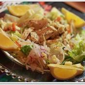 ハーブ風味の鶏肉と彩り野菜のリースサラダ