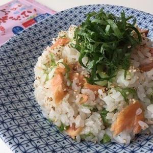 ランチにおすすめ♪パパっと作れる「鮭チャーハン」レシピ