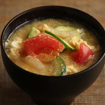 ズッキーニとトマトのかき玉味噌汁