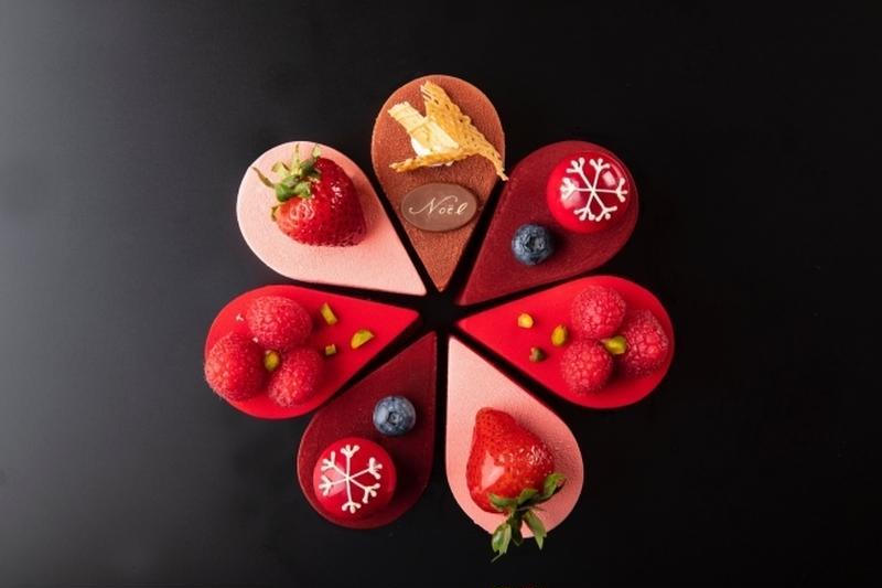 クリスマスの華やかさを表現したフラワー型のムースのケーキ。<br>ムースはチョコレート、ストロベリー...