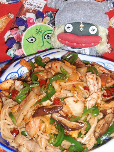 キムチ焼き素麺&サーモンと大豆もやしのサラダ(お家カフェ)