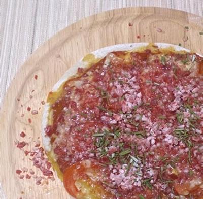 帰宅後10分で完成!超簡単な牛とろフレークのトマトピザ