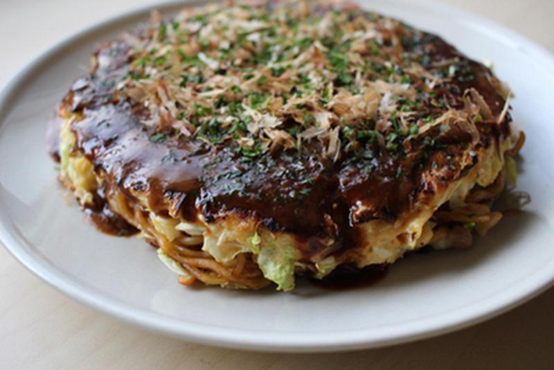 麺とお好み焼きがコラボ!ボリュームたっぷり「モダン焼き」
