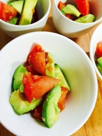 彩り鮮やか!アボカドとトマトのカラフルサラダ