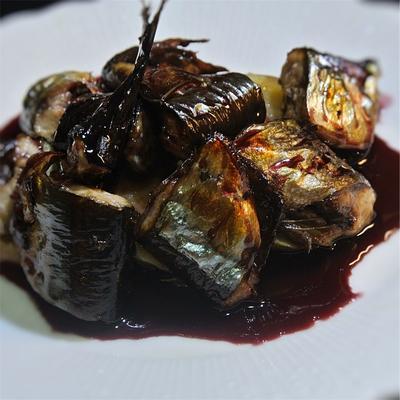 秋刀魚の赤ワイン煮込み、赤ワインとハチミツのソースかけ
