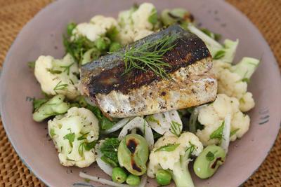 鯖の塩麹焼きとカリフラワーと豆のハーブサラダ。