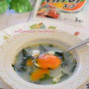 卵とチーズのとろける♪月見わかめスープ☆