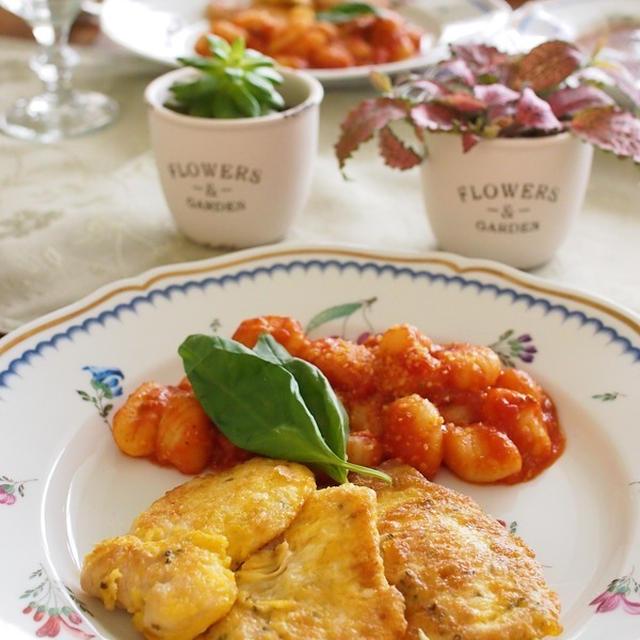 柔らか鶏むね肉のハーブ風味ピカタ&ポテトニョッキのトマトソース。