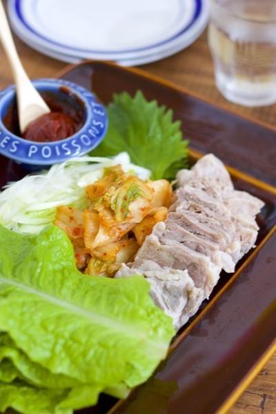 【Nosh連載】お鍋に放置で完成♡「ゆで豚の韓国風サンチュ巻き」《おもてなしレシピ#8》