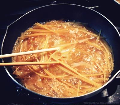 炒めた玉ねぎとスパゲティを一緒に茹でるだけ!「オニグラスパ」がオニうまし!