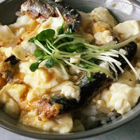 秋刀魚の蒲焼き缶とふわふわ豆腐の簡単卵丼‼️